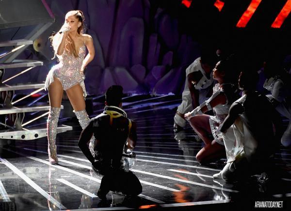 Premios & Nominaciones de Ariana Grande » MTV Video Music Awards 2015 [2 Nominaciones] - Página 4 Bv2cPDnIYAE4qsP
