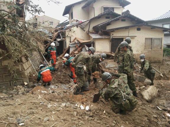 警視庁部隊は、広島県警察をはじめ、各県警察からの派遣部隊や消防・自衛隊・ボランティアの皆さんと懸命の捜索救助活動を行っております。皆様からの激励の声は現地の隊員らに届けられ、大きな力となっています。 pic.twitter.com/QmLShOHiiF