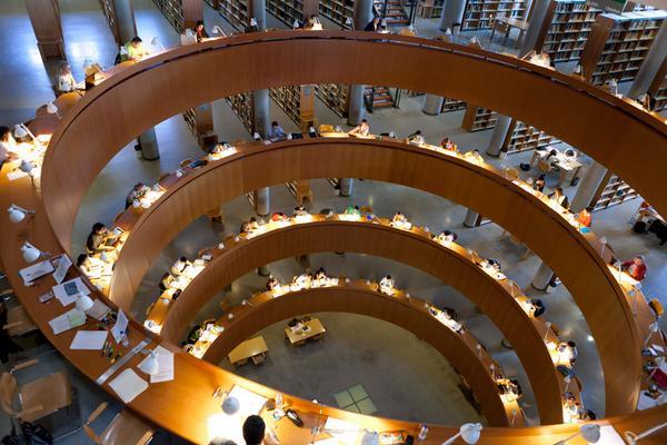 +1 ¡Gracias! RT @srtomiranda: ¡Qué preciosidad la biblioteca de la @UNED en Madrid! http://t.co/BdOtkiwMkQ