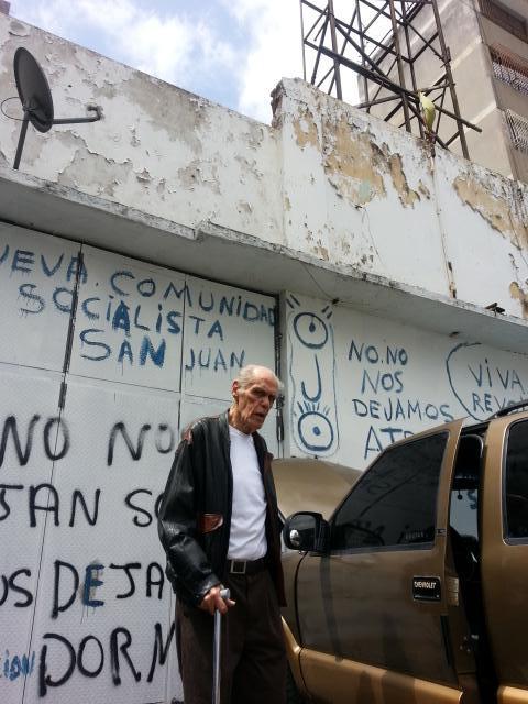 El Sr. Raul Perera (90) es mi abuelo, es propietario de ese local hace más de 60 años hoy lo están invadiendo en #CCS http://t.co/T73T4rO1GK