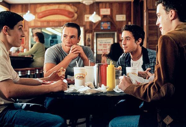 """Вярвате или не, първата среща с """"Американски пай"""" е преди цели 15 години. Тези герои са легенди…Гледайте ги #KinoNova http://t.co/7g2j7VLJz0"""
