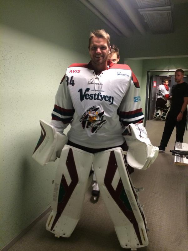 Thanks @BauerHockey .. So fresh and so clean!  #arethosethingslegal?   Photobomb: @leebaldwin7  @odensebulldogs http://t.co/3nsrutfIJr