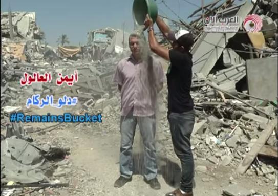"""팔레스타인 시민들이 양동이의 폭격 파편을 담아 '러블 버킷 첼린지'란 캠페인을 벌이고 있습니다. 한 참여자는 """"가자지구에 필요한건 돈이 아닌 전쟁을 막아줄 사람들의 관심""""이라며 흙먼지를 뒤짚어 썼습니다. http://t.co/Qc1gG3vEOT"""