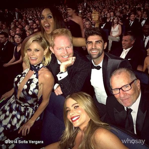 .@kerrywashington photobombed @ModernFam Emmy picture http://t.co/RCKIO1elRi http://t.co/H1c7AG4fyw
