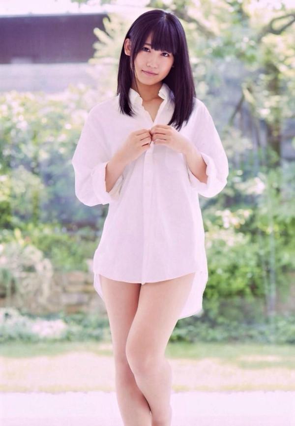 Yシャツをきた小嶋真子