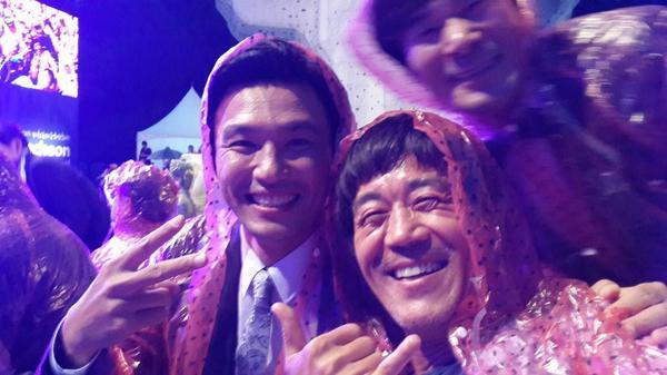 비가 오는 제천국제음악 영화제 비가 와도 영화는 인생은  계속된다 .. 우비입은 배우 황정민 http://t.co/mLF9Oykzot