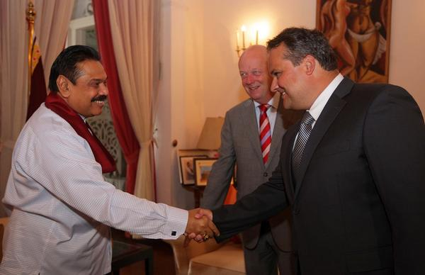 Hier een foto van de ontvangst bij de President van Sri Lanka, de rode band is een traditie binnen zijn familie: http://t.co/bQ7BtYW2IT