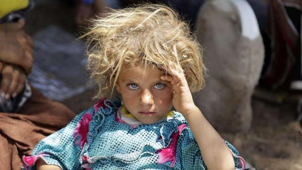 Wát een meisje. Wát een foto. Op de vlucht voor ISIS aan de grens tussen Irak en Syrië. - via BILD http://t.co/2BNH8pHdVX