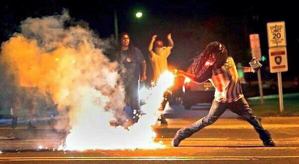 The dude in this now-famous photo (@eyeFLOODpanties) says the chips in his left hand are Red Hot Riplets. http://t.co/RzvXY5tRwp