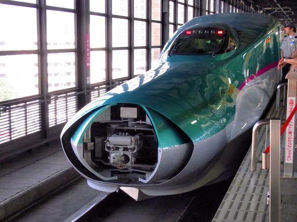 新幹線は、昔から先頭部分に連結部が格納されております。RT @BON_NOB: 口があった!? RT @kima_tetsu: グワッ!と口が開く瞬間を激写! (-p■)q☆パシャッ 東北新幹線は比較的見られるチャンスは多いですhttp://t.co/w7WmJak3hg