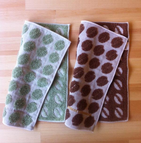 今治タオルの『伊織』X cafe vivement dimanche。ディモンシュ20周年記念コーヒー豆柄ハンカチタオルを本日よりディモンシュと伊織鎌倉店で販売開始いたします。緑と茶の2色各648円です。柔らかい肌触りが最高です。 http://t.co/M4suAN6nJz