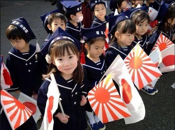 【画像】旭日旗を振る幼稚園児が可愛い過ぎる件wwwwww
