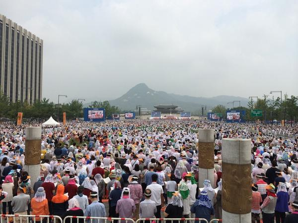 #popefrancis beatifies 124 Korean martyrs persecuted throughout the 19th century. Huge mass in central Seoul. http://t.co/cKzYoP2N6S
