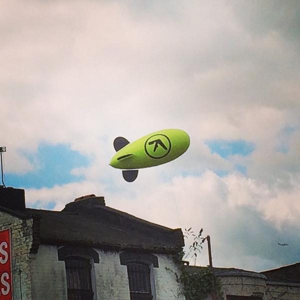 Aphex Twinのロゴと「2014」という数字が書かれた飛行船がロンドンの空に現れる http://t.co/B1JOThiIUn   https://t.co/MDTgq0M5p0