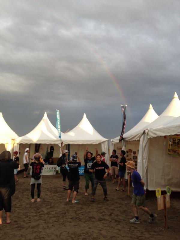 サマーソニック。入場無料エリアに「音遊海岸」というエリアがあります。東北でがんばってる方や東北へ思いを持ち活動している団体がブース展開しています。是非行ってほしいです。 そんな1日目の夕暮れ、「LoveSong大作戦」テント上に虹が☆ http://t.co/26p6aWJK2Z
