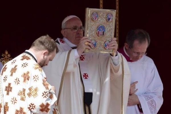 Pendant ce temps, le pape François fait des selfies de kéké avec son iPad en or. http://t.co/hx85mHcpkq