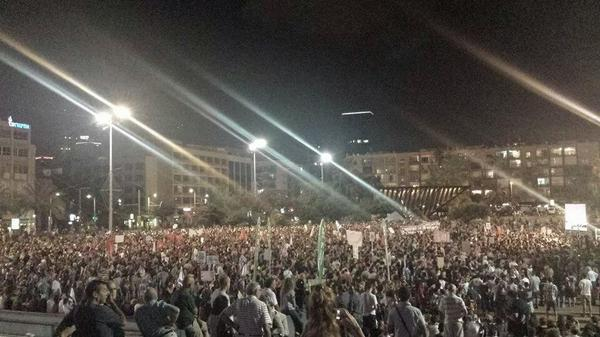 10,000 Israelis are rallying in Tel Aviv right now calling for peace http://t.co/QL18p8Zt2c