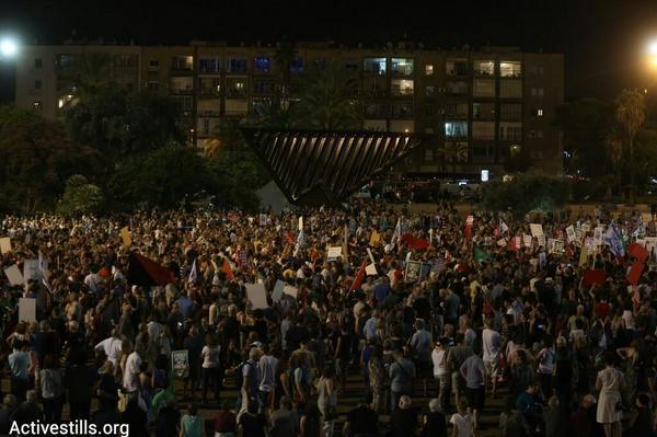 NOW: 10,000 people protesting in #Telaviv in support of a just peace and against the #Gaza war (photo: @activestills) http://t.co/hsEKAbHxw4