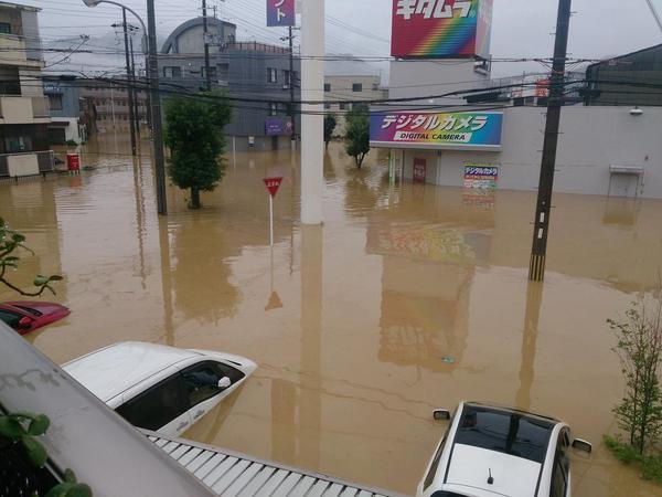 福知山カメラのキタムラ前車や店舗のセキュリティが鳴りまくってます。 未だに水位上昇中。甚大な被害が出そうです。気がどうにかなりそう。 pic.twitter.com/NCflrOM0rh