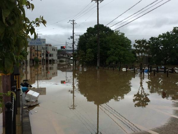 福知山城前。川があふれてます。奥の家は床上浸水かな。 http://t.co/CRDLqKxZhd