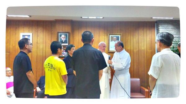 """#강정 15일 밤 서강대 예수회 사제관에서 예수회 회원들을 만났습니다. 교황님께 강정 김성환, 김정욱,이영찬신부,박도현수사를 소개했습니다. 교황께서는 """"너희들은 최고의 임무를 완수하고 있다""""고 격려하셨습니다! http://t.co/K5zUzZx27F"""