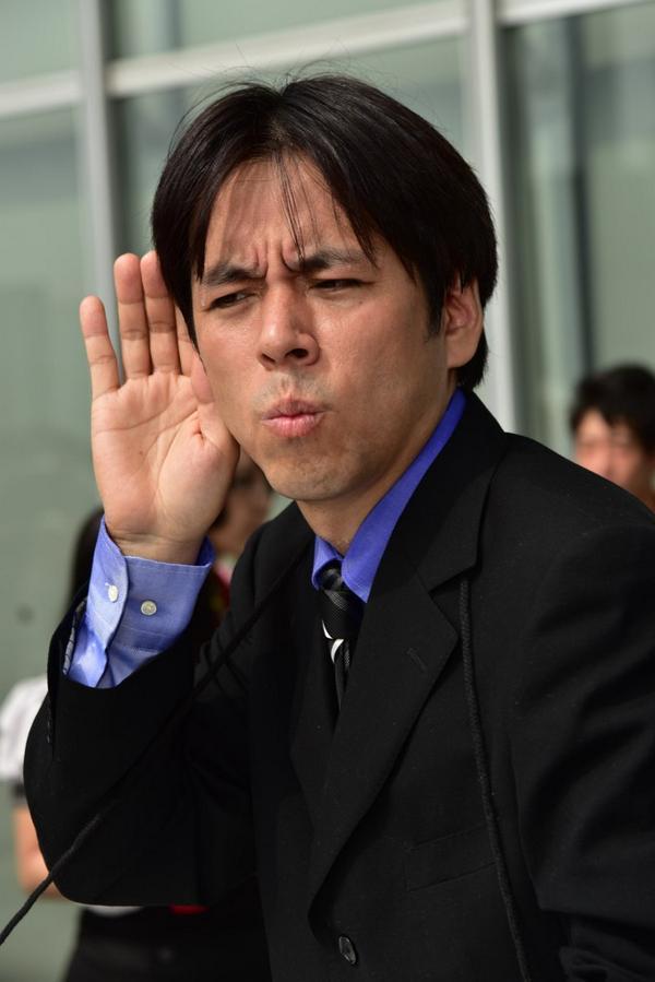 い、1万RT超えてる…(慣れない反響の大きさに動揺)  RT @Hachune_Miku: コミケ三日目コスプレ速報 野々村議員 #C86 http://t.co/zRr5N29GD6