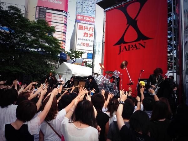 おー! たまたま新宿駅前でX JAPANのゲリラライブに遭遇♪ 撮影かな。 http://t.co/onzBVzwIBU