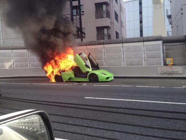 首都高でランボルギーニ・カウンタックが燃えてて封鎖されてるらしい。その車線の全車両がバック走行中だとかw http://t.co/0mcyEff0IH