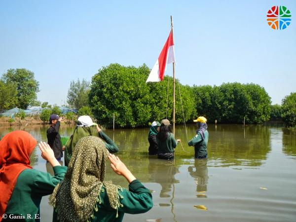 Upacara Bendera di Lumpur Mangrove