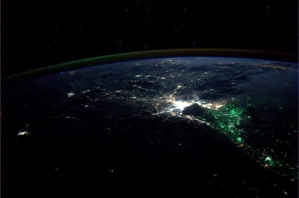 Extrañas luces verdes en el sureste asiático desconciertan a los tripulantes de la ISS BvUUvNZCIAA-vmF