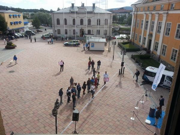 en kompis lade upp en bild från Jimmie Åkessons tal på torget i Härnösand. och… ja. http://t.co/K6TXD16tbQ