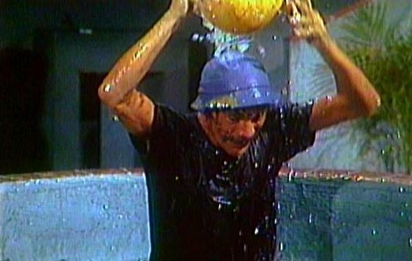 Seu Madruga também aceitou o Ice Bucket Challenge e indicou Dona Florinda, Bruxa do 71 e o Seu Barriga pro desafio. http://t.co/UGQEhQKTfM