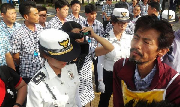 ㅉㅉ 가증스런 것들 RT @mediamongu: 청와대 앞, 경찰들이 유민아빠를 이렇게 막고 있는 상황 입니다 http://t.co/kvQzAAlOdV