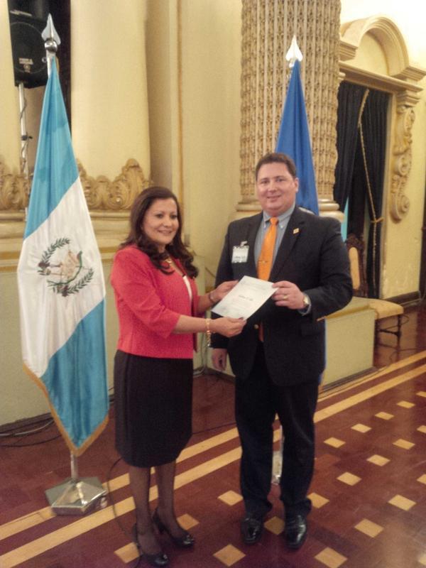 Guillermo Valle, Presidente del PINU, en la clausura del Foro de Partidos Políticos con la Presidenta del Parlacen http://t.co/Kv11wpGO6r