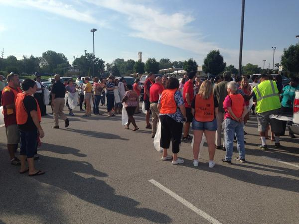 Jennings school district is closed today so the faculty is picking up trash in #Ferguson http://t.co/etcCefyTIA