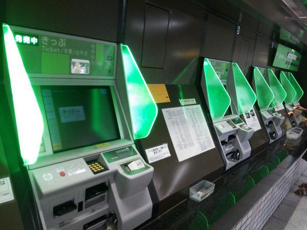 地元仙台に久々に帰ってきたら地下鉄の券売機がめっちゃかっこよくなってたんだけど、まだICカード対応してねぇ!!!これかっこいいだけだ!! pic.twitter.com/mX4Y7sFyD1