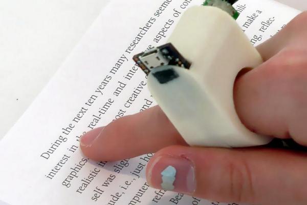 テキストをなぞるだけでリアルタイムで文章を読み上げてくれる指輪型の機器を、MITメディアラボが開発した。(先月の記事) buff.ly/1tkZBpM pic.twitter.com/ctAcExUYVs