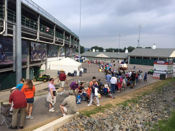 Fans already lined up at #LLWS to watch Mo'ne Davis. Her game doesn't start for NINE more hours (7:30 ET on ESPN). http://t.co/dC1zVNvJ4u