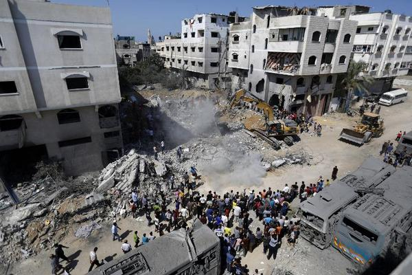 Aftermath of Israeli airstrike which killed wife, daughter of Mohammed Deif in #Gaza (AFP/Mohamed Abed) http://t.co/g8DRZ0kD1I