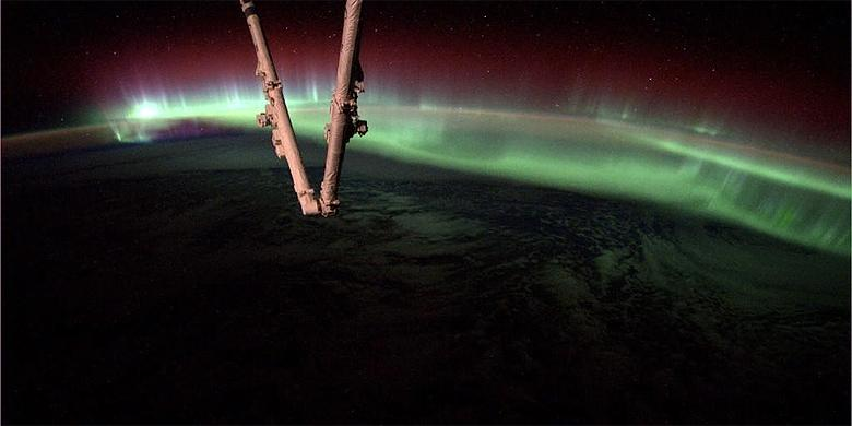 Astronaut Tweets Incredible Pictures Of Aurora From Space http://t.co/7EFm6r6bIV http://t.co/UwsIO7ERaf