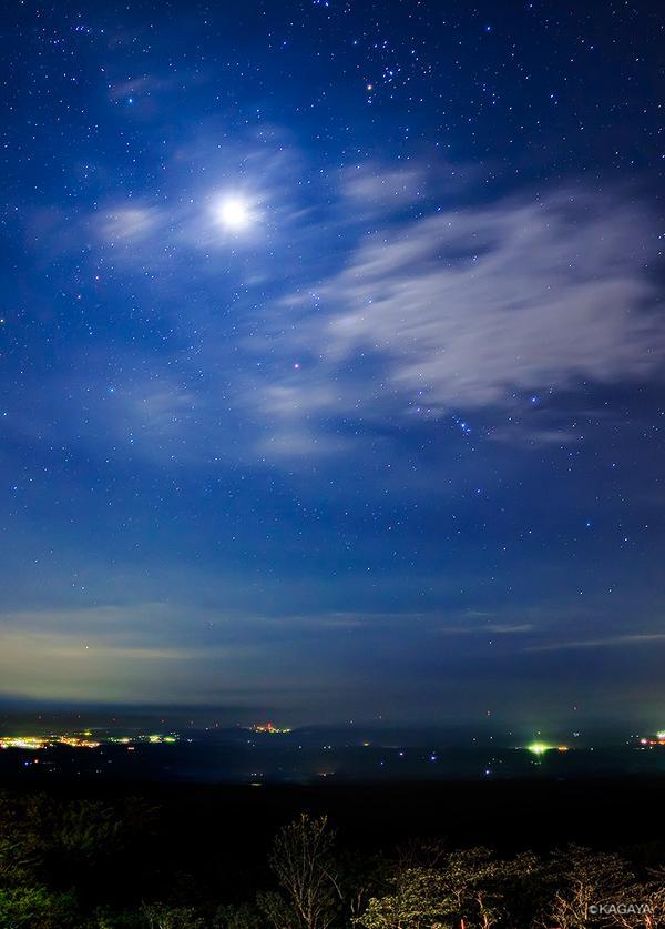 月、雲、オリオン。夜明け前にはもう冬の星座がそろっています。(昨日未明、那須高原にて撮影) pic.twitter.com/fm8Pt6Jstx