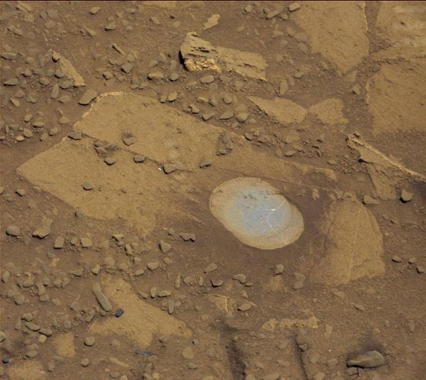 » Curiosity brushed a patch of rock clear of the red Martian dust revealing its true color: http://t.co/nTsE1Bdzc2 http://t.co/HxHuuEPUvc