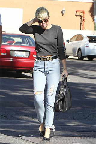 See, you don't have to be a mom to wear #momjeans: http://t.co/fsBZ1gawXT @MileyCyrus @moschino http://t.co/p6IX1BGY5r