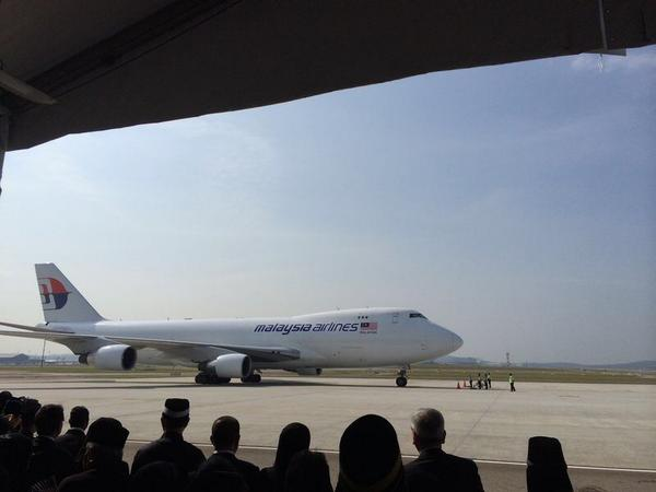 The plane have just landed. My deepest Condolences to the families relative and friends.#MH17 http://t.co/PsSRzOAtIj