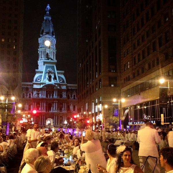 It's a gorgeous night in Philly for Dîner en Blanc! #DEB14 #DEBPHL14 #dinerenblanc http://t.co/iTg9pZ6zKX