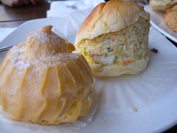 경로당을 개조해 노인이 빵을 굽는 빵집 마망을 소개한 중앙일보 기사. http://t.co/Nn3WSi8ivs 속이 꽉찬 샐러드 빵(사진)가격은 600원. 한그릇 가득 빵을 담아도 5천원이면 충분하다고. http://t.co/KwRK592MMo