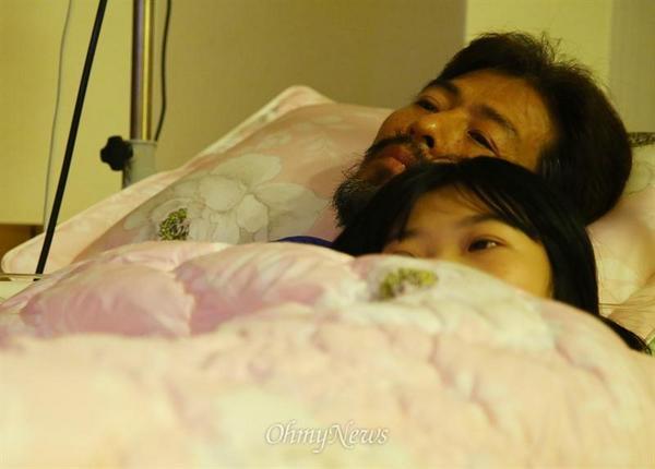 """나도 딸둘 ...RT @tsjh2002: 나도 딸 둘 키우지만 눈물나네@jk0027: 김영오씨와 둘째딸 유나양, 눈물이 앞을 가립니다!! http://t.co/rt9nRhE6hK"""""""