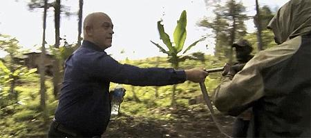 Ross Kemp Confronts a Gunman In This Dramatic Showdown http://t.co/MBN1EU4Tev http://t.co/MAU7OG5OzD