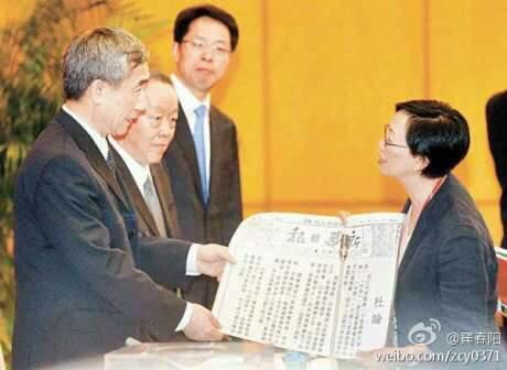 """贵党七十年的产权房不到二十年都能说拆就拆,就别提44年放的屁了~RT@MingJingNews: 昨天香港..工党何秀兰带了一份1944年的【新华日报】给李飞看,说:贵党不是早就承诺给人民一人一票,允许政党竞争、自由提名吗? http://t.co/v0tgI9ifix"""""""