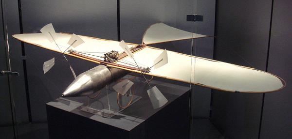 圧縮空気航空機(Aéroplane à air comprimé)。フランスの発明家であるVictor Tatinが1879年に制作した模型飛行機の一つ。プロペラ及び圧縮空気エンジンを搭載して15mの距離を飛行する。
